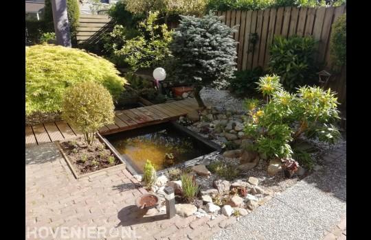 Tuin met kleine vijver en vlonder