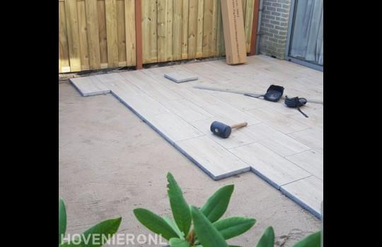 Keramische tegels met houtmotief leggen