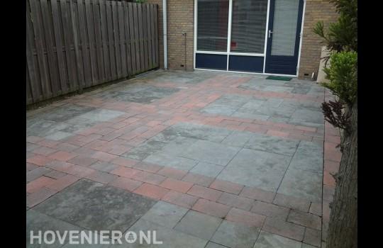Bestrating van betontegels en rode klinkers