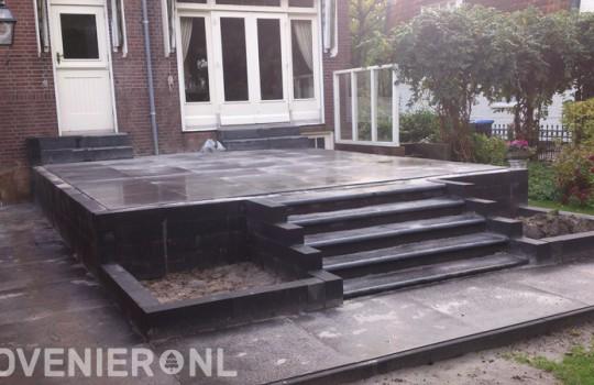Verhoogd terras met stenen trap